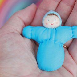 Baby leo pop (blauw), Grimms 20055