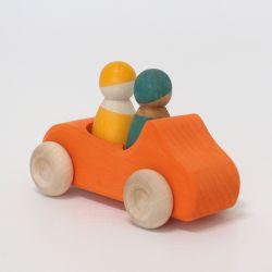 Houten cabriolet auto oranje met 2 vriendjes, Grimms 09308