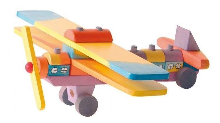 Houten vliegtuig gekleurd